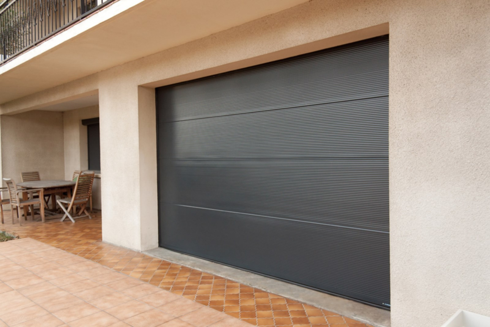 Installation d 39 une porte de garage sur mesure sanary sur for Installation porte de garage enroulable