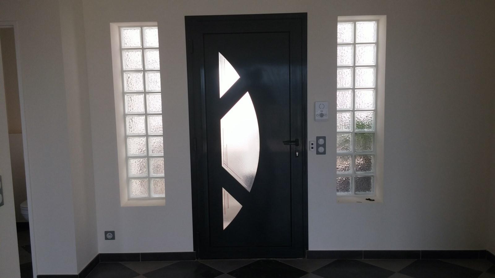 Mise en place d 39 une porte d 39 entr e aluminium contemporaine la seyne sur mer fabricant for Porte entree alu contemporaine